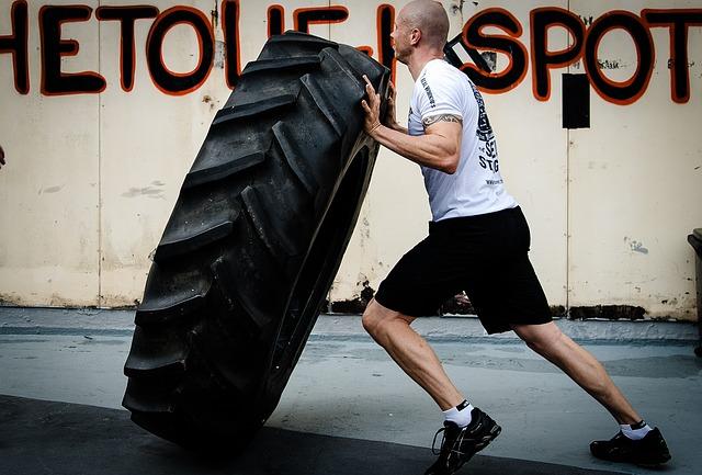 muž s pneumatikou