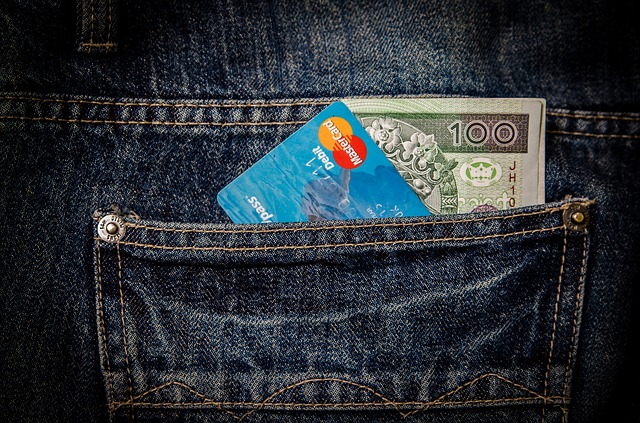 kreditka a bankovka v kapse.jpg