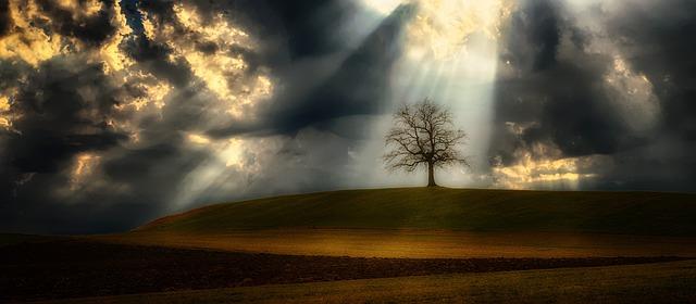 světelný paprsek a mraky.jpg