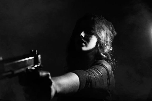 žena s pistolí.jpg