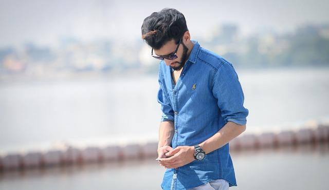 mladík v košili