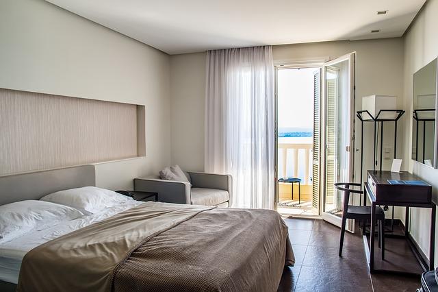 hotelová ložnice s balkonem